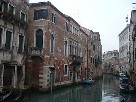 canale nel centro storico di venezia