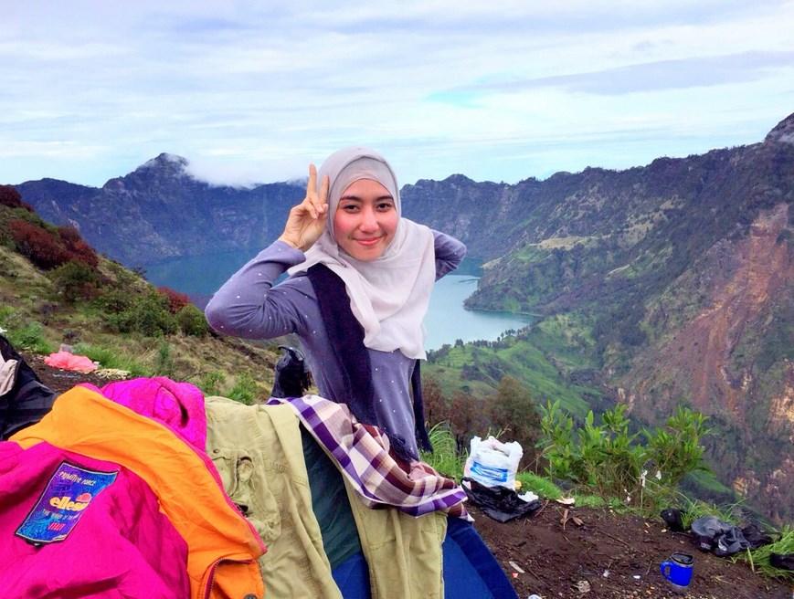 Pendaki Hijab cantik model Hijab dengan latar danau Kelimutu indah manis dan bibir merah cantik