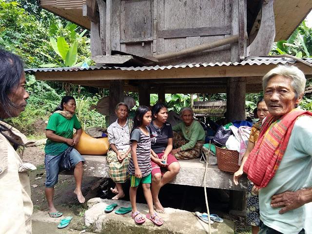 [FOTO] Tanah Retak, Puluhan Warga Rembon Pilih Mengungsi Membawa Barang-barangnya