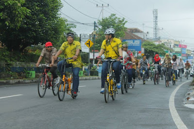 Gowes keliling kota berbaju batik. Foto : B2W Tasikmalaya.