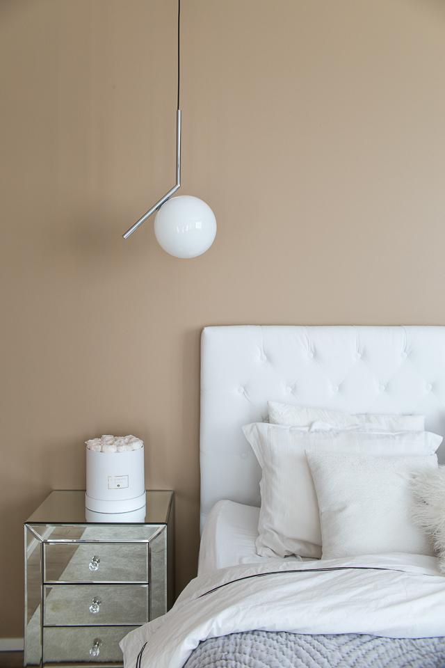 Villa H, Ellos sängynpääty, peilipintainen yöpöytä, flos ic s1