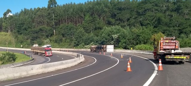 Mauá da Serra:Caminhão carregado de carne tomba na BR-376