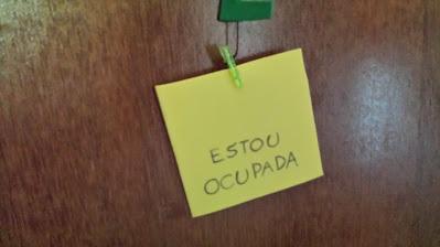 etiquetando com EVA, CANETA E PRENDEDORES