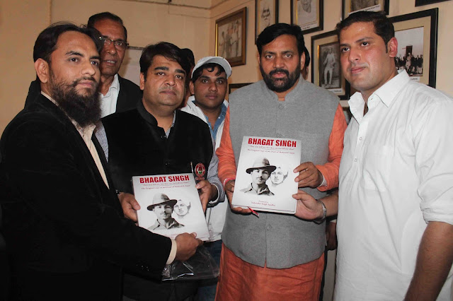 Minister Nab Saini and MLA Asim Goyal saw the jail diary of Shahid Bhagat Singh in Faridabad.