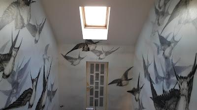 Malowanie nowoczesnego obrazu na ścianie, lecące jaskółki, mural, malowanie grafiki na klatce schodowej, inspiracje