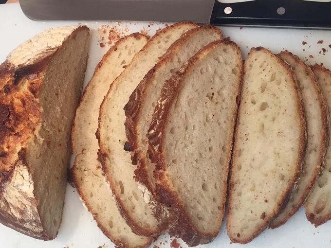 Pan de patata, ajo confitado y romero