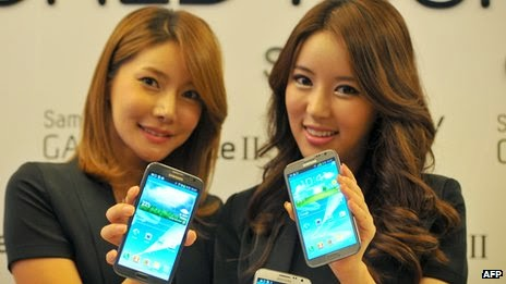 Picture of two Samsung people holding smartphones (BBC) [[slnc 1000]]
