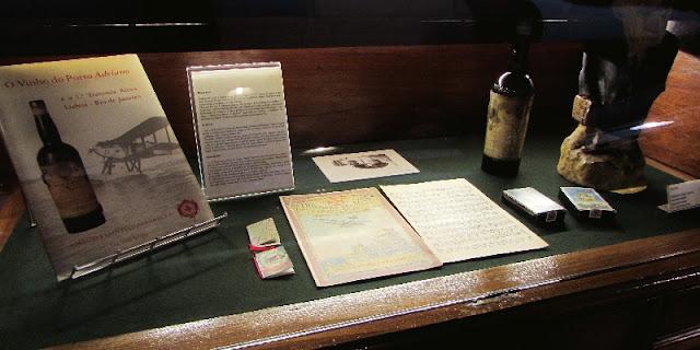 expositor com objetos do museu Ramos Pinto