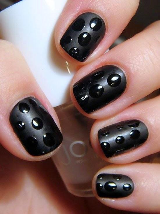 Diseño de uñas cortas color negro brillante y mate.