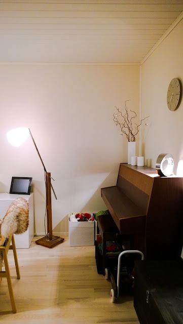 Saippuakuplia olohuoneessa- blogi, Kuva Hanna Poikkilehto, koti, sisustus, olohuone, lapsiperhe, piano,