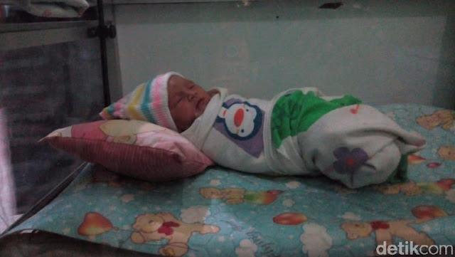 Tega! Bayi Cantik Ini Ditaruh Dalam Kardus Dibuang di Pinggir Jalan