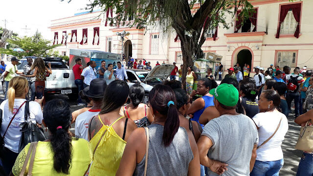 ALAGOINHAS: Funcionários demitidos de empresa terceirizada protestam em frente a prefeitura