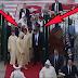 شاهد : محمد السادس يبعد حارسه الشخصي ليعطي لمولاي رشيد شيئا في يده !!
