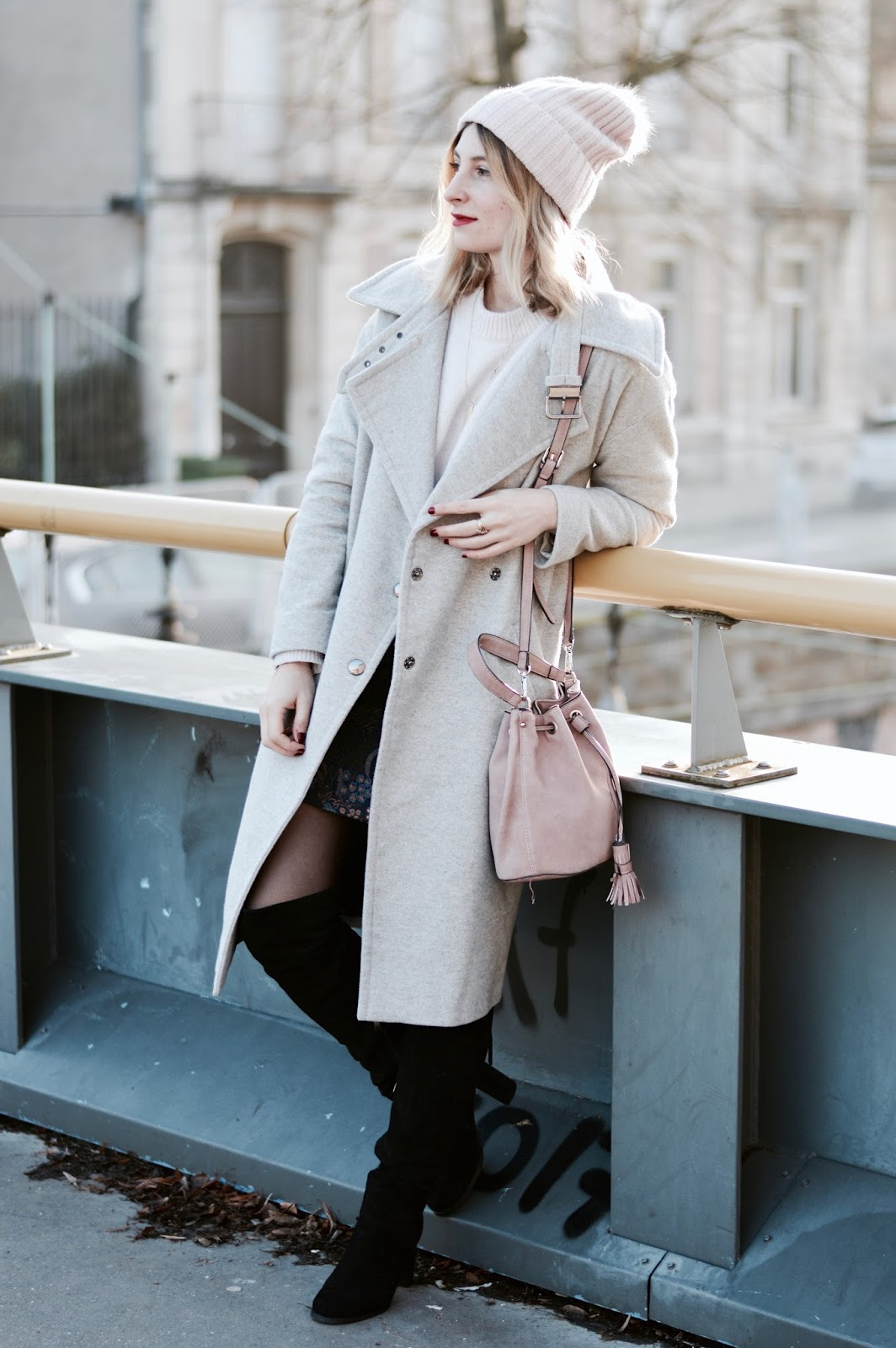Look femme hiver : jupe jacquard, pull rose poudré et long manteau gris