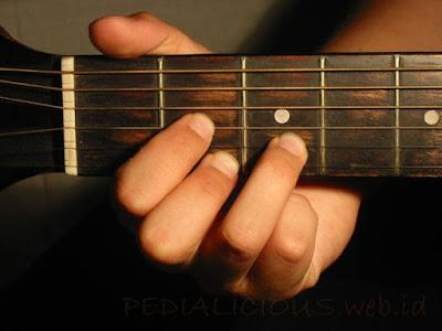 Cara Menekan Senar Chord D Major untuk Gitaris Kidal