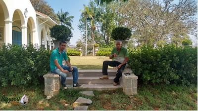 Dia 15 de setembro de 2016, Bizzarri com o Caio do seu grupo de obras, visitando a sede da Fazenda em Atibaia-SP, onde estamos construindo a escada de pedra, a rua de pedrisco, a pista de cooper, as muretas de pedras e a execução do paisagismo.