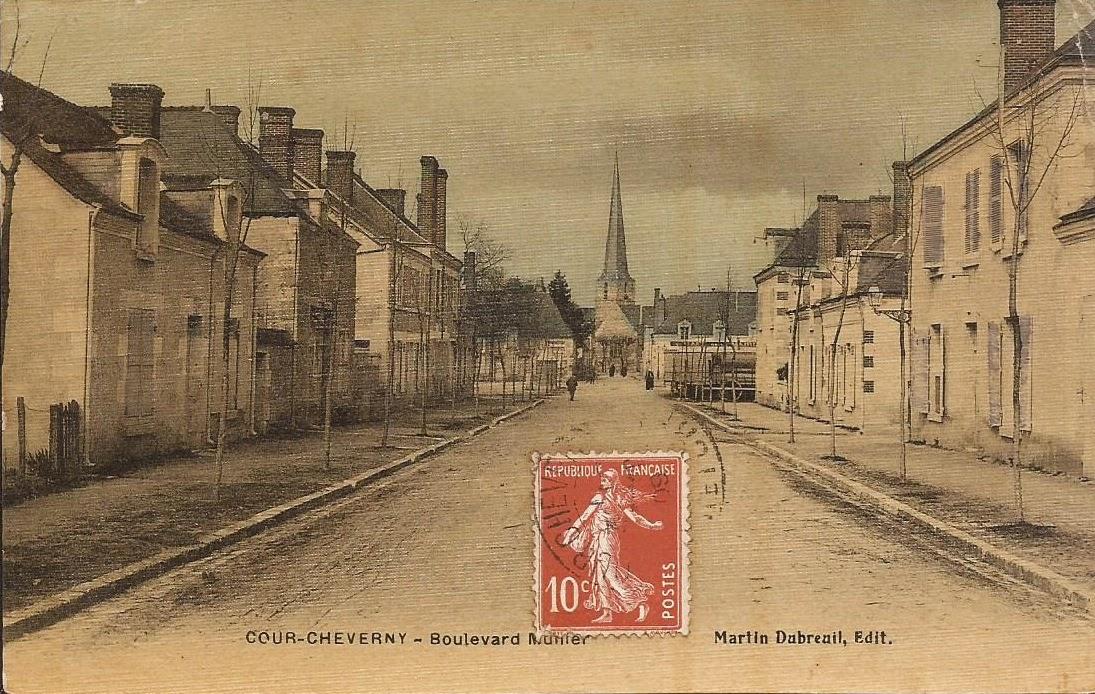 Aux abords de la Mairie - Cour-Cheverny