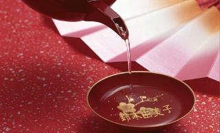 お屠蘇の酒に浮かぶ金箔で名前を表現した名刺