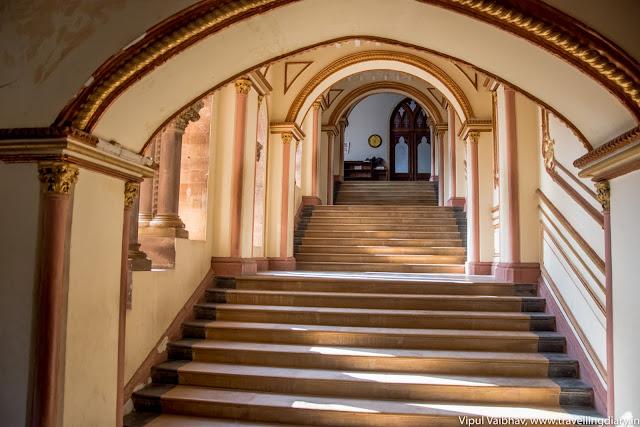 prag mahal entrance