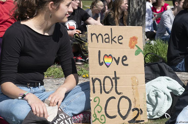 Γερμανοί μαθητές διαδηλώνουν στους δρόμους: «Δεν μας κάνουν τα κόμματά σας»
