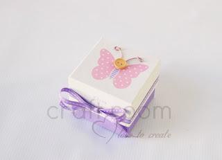 μπομπονιέρα κουτάκι με ροζ πουά πεταλούδα και ξύλινο κουμπάκι για κοριτσάκι