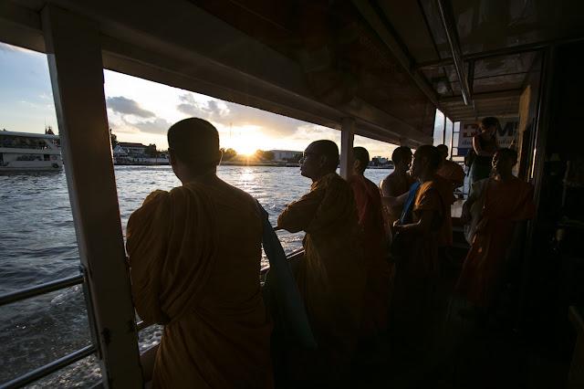 Tramonto navigando sul fiume Chao Phraya a Bangkok