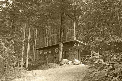 Historische Bobkantine am Riessersee in Garmisch-Partenkirchen - urige Hütte in den Bergen mit geschichtlichem Flair - historic cottage in the Bavarian mountains