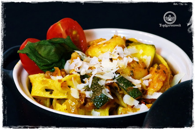 Gartenblog Topfgartenwelt Pasta-Rezept: italienisches Pasta-Rezept mit Räucherlachs, Shrimps und Zucchini in Tomatensauce