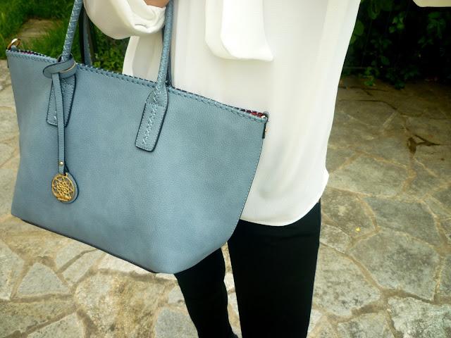niebieska torebka stylizacje
