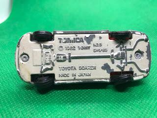 トヨタ ソアラ のおんぼろミニカーを底面から撮影