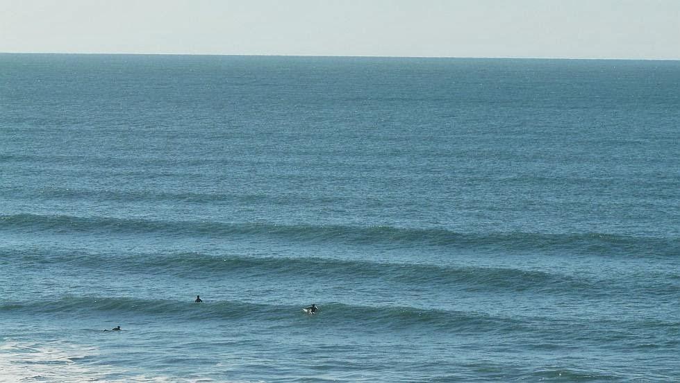 surfistas remando en sopelana