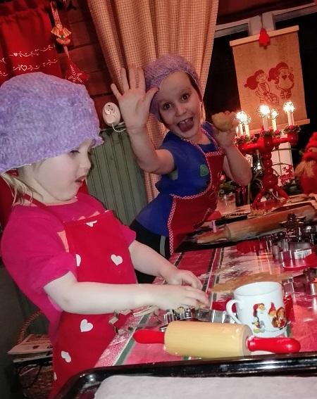 lapset leipovat pipareita