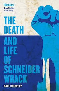 Minimalistisch: Rechts eine Faust, zum Kampf erhoben, mit sichtbaren Unterarmknochen; links der Titel und Autor; im Hintergrund ein bloß durch farbigen Horizont identifizierbarer Ozean.