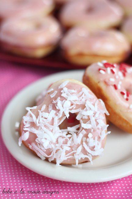 Stráwberries ánd Creám Doughnuts