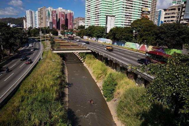 En un recorrido por Caracas, Efe pudo constatar que debajo de un puente del este de la ciudad pasan su día a día unas 30 personas, casi todos pertenecientes a una misma familia