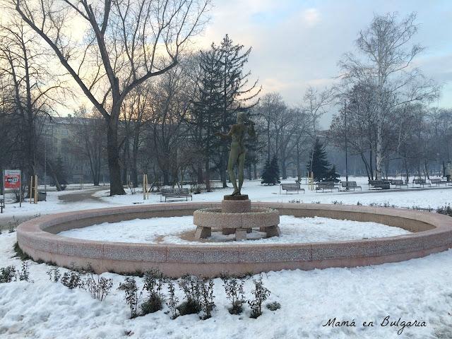 invierno en Sofía Bulgaria frío parque fuente nieve amanecer