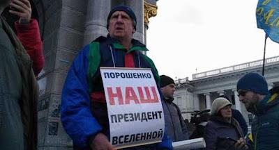 Немногочисленные сторонники президента пили кофе на Майдане