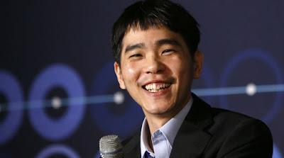 "Setelah menang tiga kali beruntun melawan grandmaster catur China 'Go', komputer super cerdas milik Google ""DeepMind"" dengan programnya ""AlphaGo"" akhirnya kalah. Ini merupakan kemenangan manusia pertama melawan AlphaGo.    Hari minggu kemarin (13/3) terjadi Kemenangan grandmaster Go asal Korea Selatan, Lee Sedol, atas AlphaGo di Seoul, Korea Selatan. Setelah game keempat kemarin, Sedol mengaku telah menemukan kelemahan software AlphaGo."
