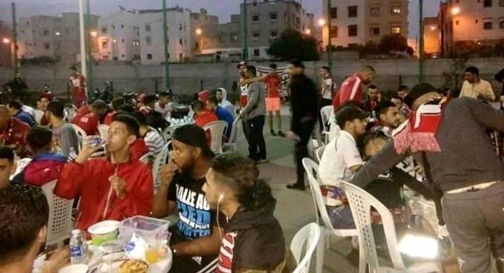 أكادير - شباب حي الوفاء يستضيف الجماهير التطوانية على موائد الإفطار في بادرة رائعة