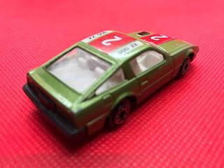日産 フェアレディ のおんぼろミニカーを斜め後ろから撮影