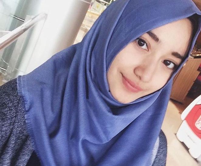 Tengku Syaira Anataya Pakai Hijab Biru