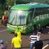 Manifestantes atacam com ovos ônibus errado no Paraná