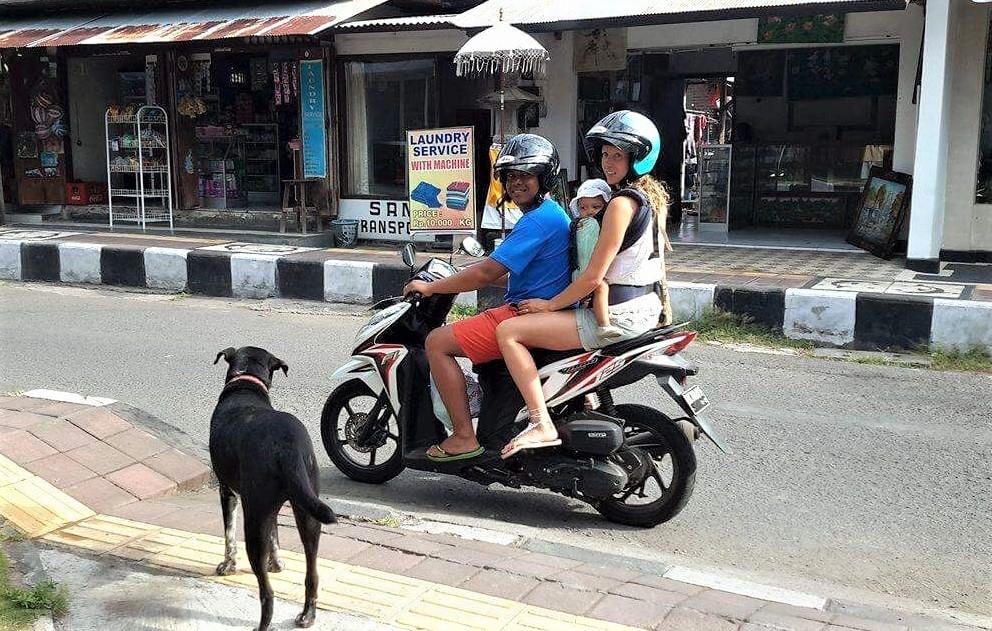 pieni lapsi moottoripyörän kyydissä