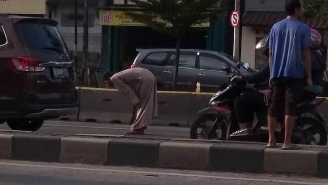 Nekat Atau Kemaruk? Ada Masjid Megah Di Seberang Jalan Pria Bergamis Ini Shalat Di Tengah Jalan K