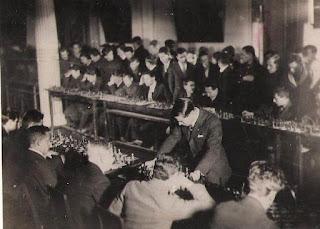 Salo Flohr dando simultáneas de ajedrez en 1935