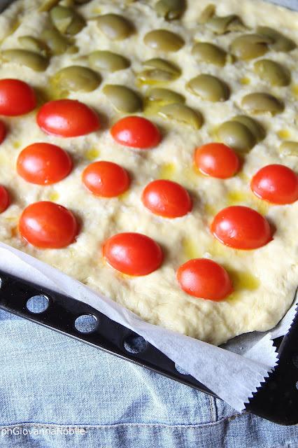 Focaccia di grano Kamut con pomodorini e olive
