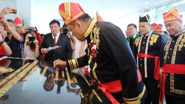 Gubernur Sulut saat menandatangani peresmian Gedung baru DPRD Sulut.