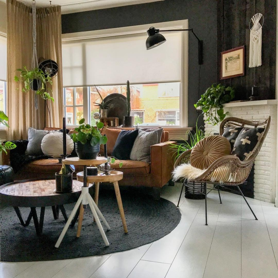 Klimatyczne mieszkanie z industrialnymi elementami, wystrój wnętrz, wnętrza, urządzanie domu, dekoracje wnętrz, aranżacja wnętrz, inspiracje wnętrz,interior design , dom i wnętrze, aranżacja mieszkania, modne wnętrza, styl skandynawski, scandinavian style, boho, styl industrialny, industrial style, styl rustykalny, retro, urban jungle, salon, living room, makrama, sofa, kanapa