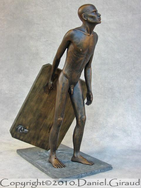 statue d'un homme qui erre en trainant son socle
