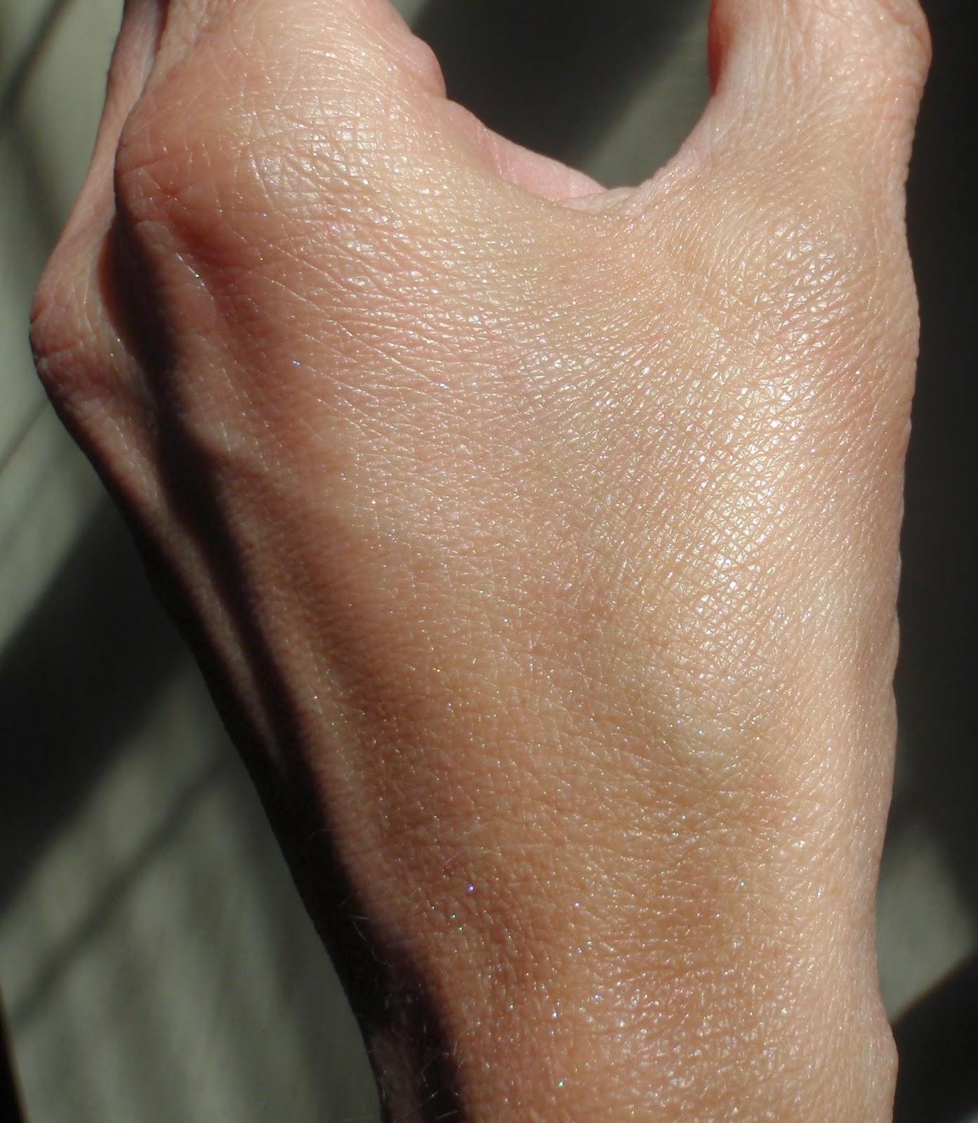 Josie Maran illumiinzer on skin